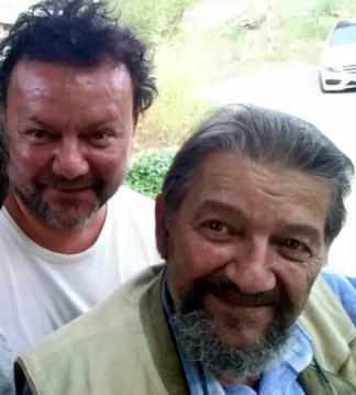 Ünlü ressam Ali Koçak (66) bugün tedavi gördüğü Ankara'daki özel bir hastanede yaşamını yitirdi. Koçak yaklaşık 8 yıldır prostat ve akciğer kanseri tedavisi görüyordu. Koçak, yaklaşık üç ay önce ünlü heykeltraş oğlu Rıfat Koçak'ın intihar etmesi ile büyük acı yaşamıştı.