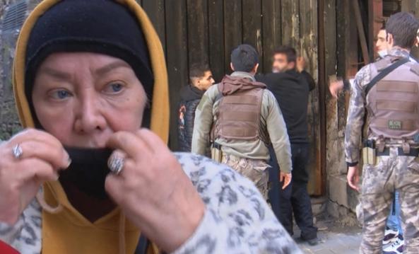 İstanbul'da akılalmaz olay! Kadının yüzüne öksürüp...