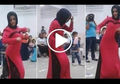 Düğünde kendini kaybeden türbanlı kızın bu görüntüleri sosyal medyada tartışmalara yol açtı..